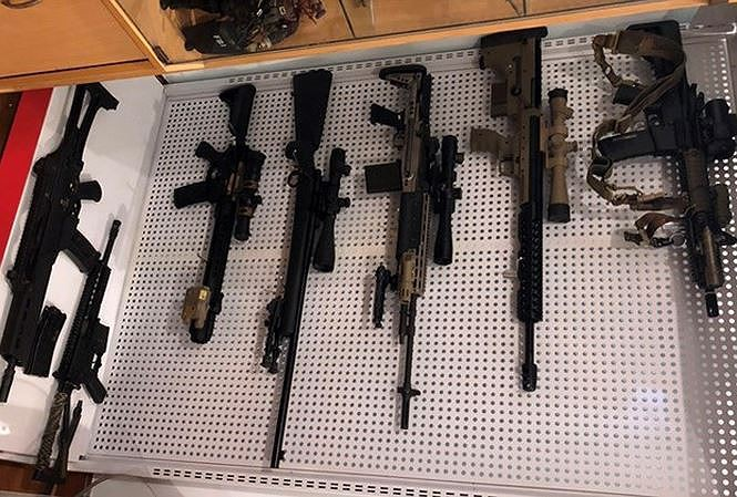 Bắt kẻ giấu kho súng đạn khủng trong nhà ở Hà Nội - Ảnh 1.