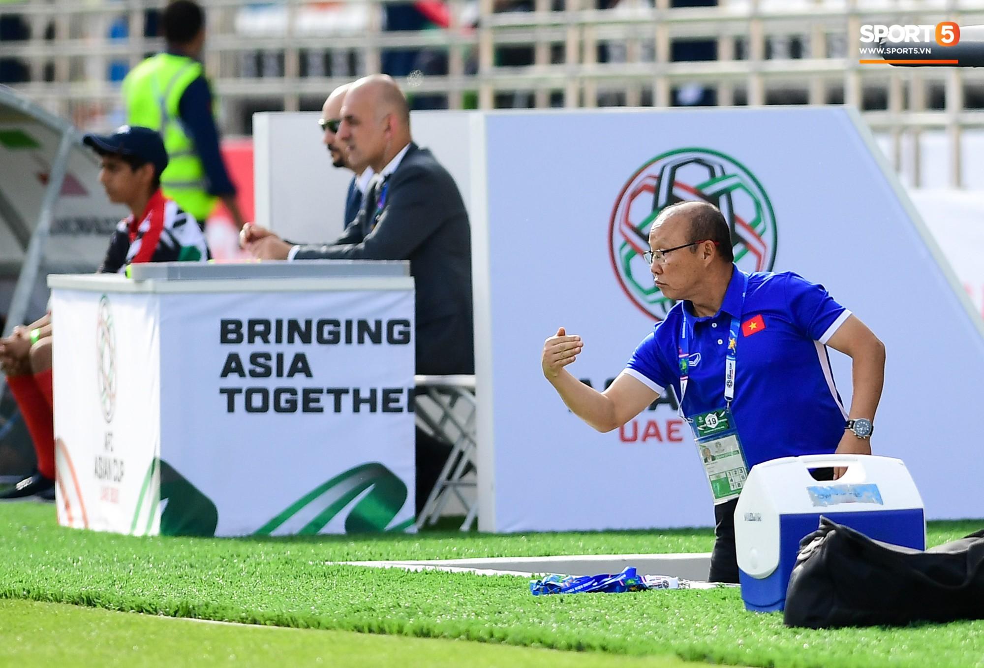 HLV Park Hang-seo nổi nóng với trọng tài, tranh cãi gay gắt với HLV Iran - Ảnh 3.