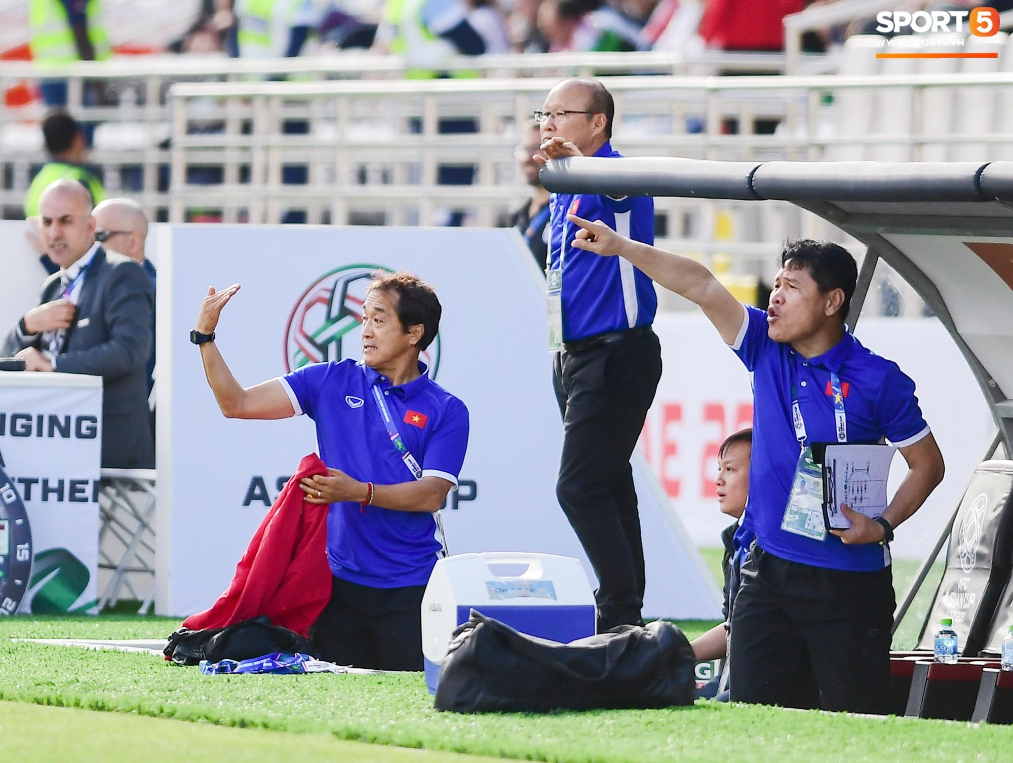 HLV Park Hang-seo nổi nóng với trọng tài, tranh cãi gay gắt với HLV Iran - Ảnh 4.