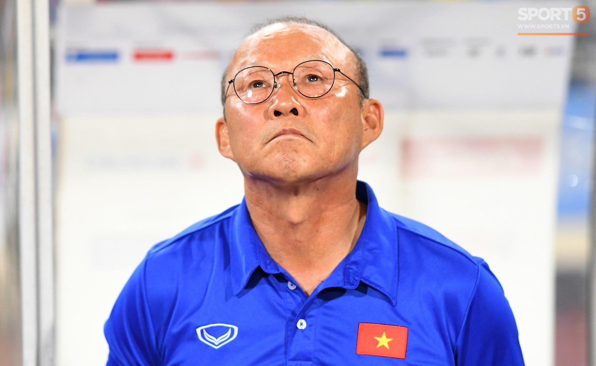 HLV Park Hang-seo nổi nóng với trọng tài, tranh cãi gay gắt với HLV Iran - Ảnh 2.