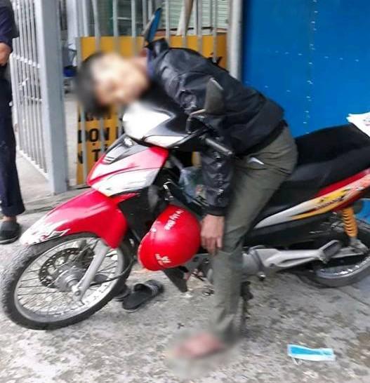 Hé lộ nguyên nhân nam thanh niên tử vong bí ẩn trong tư thế ngồi trên xe máy - Ảnh 1.