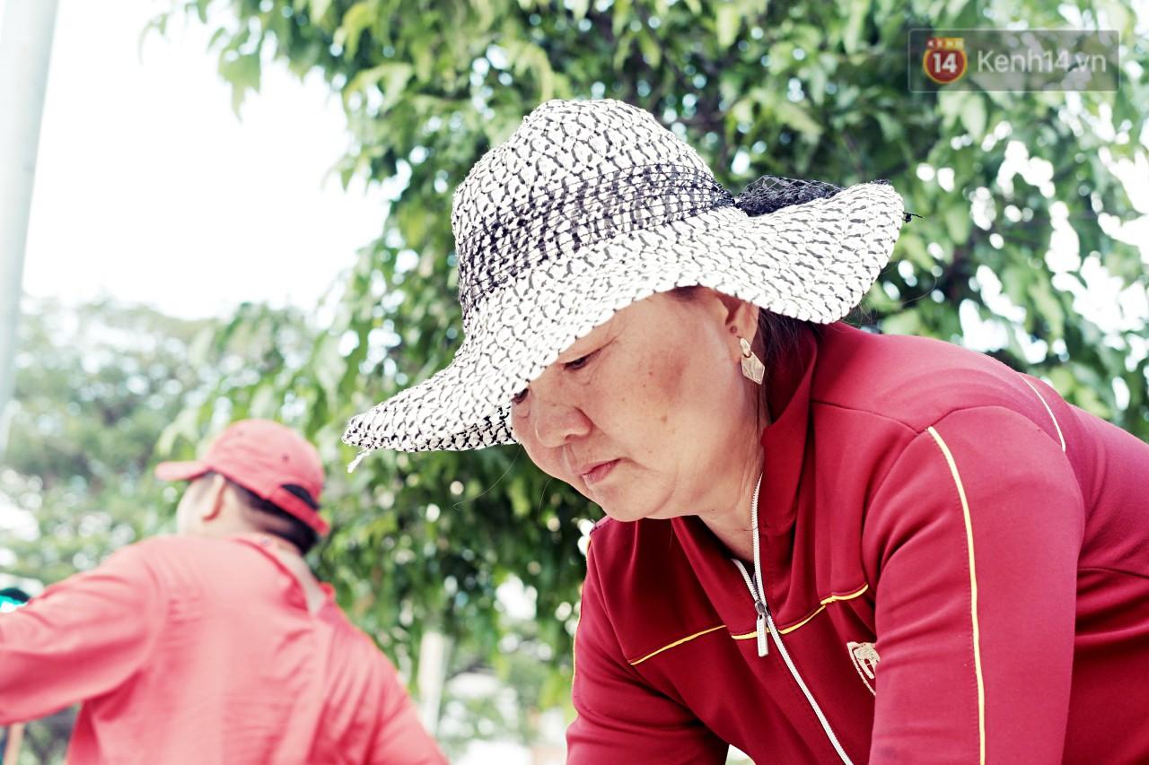 Phía sau đoạn clip người đàn ông mặc áo dài đỏ, nhảy múa trên hè phố Sài Gòn: Kiếm tiền cho con đi học, có gì phải xấu hổ - Ảnh 7.