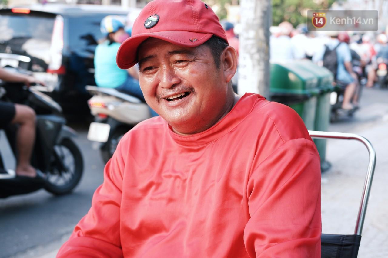 Phía sau đoạn clip người đàn ông mặc áo dài đỏ, nhảy múa trên hè phố Sài Gòn: Kiếm tiền cho con đi học, có gì phải xấu hổ - Ảnh 3.