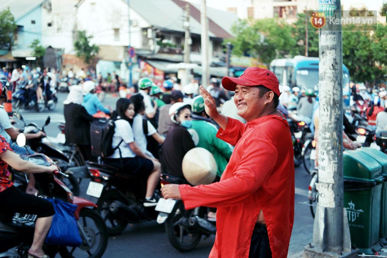 Phía sau đoạn clip người đàn ông mặc áo dài đỏ, nhảy múa trên hè phố Sài Gòn: Kiếm tiền cho con đi học, có gì phải xấu hổ - Ảnh 2.