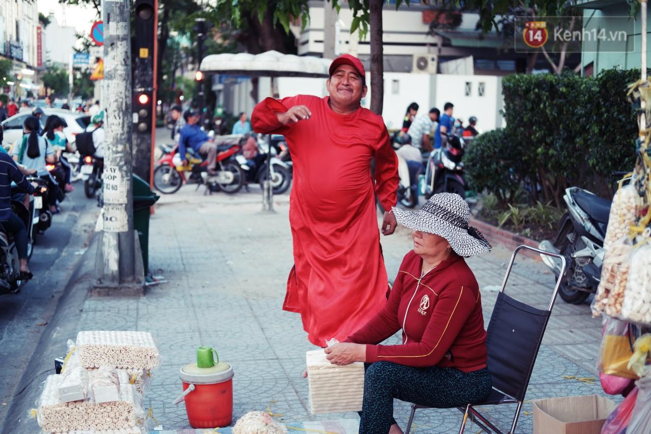 Phía sau đoạn clip người đàn ông mặc áo dài đỏ, nhảy múa trên hè phố Sài Gòn: Kiếm tiền cho con đi học, có gì phải xấu hổ - Ảnh 4.