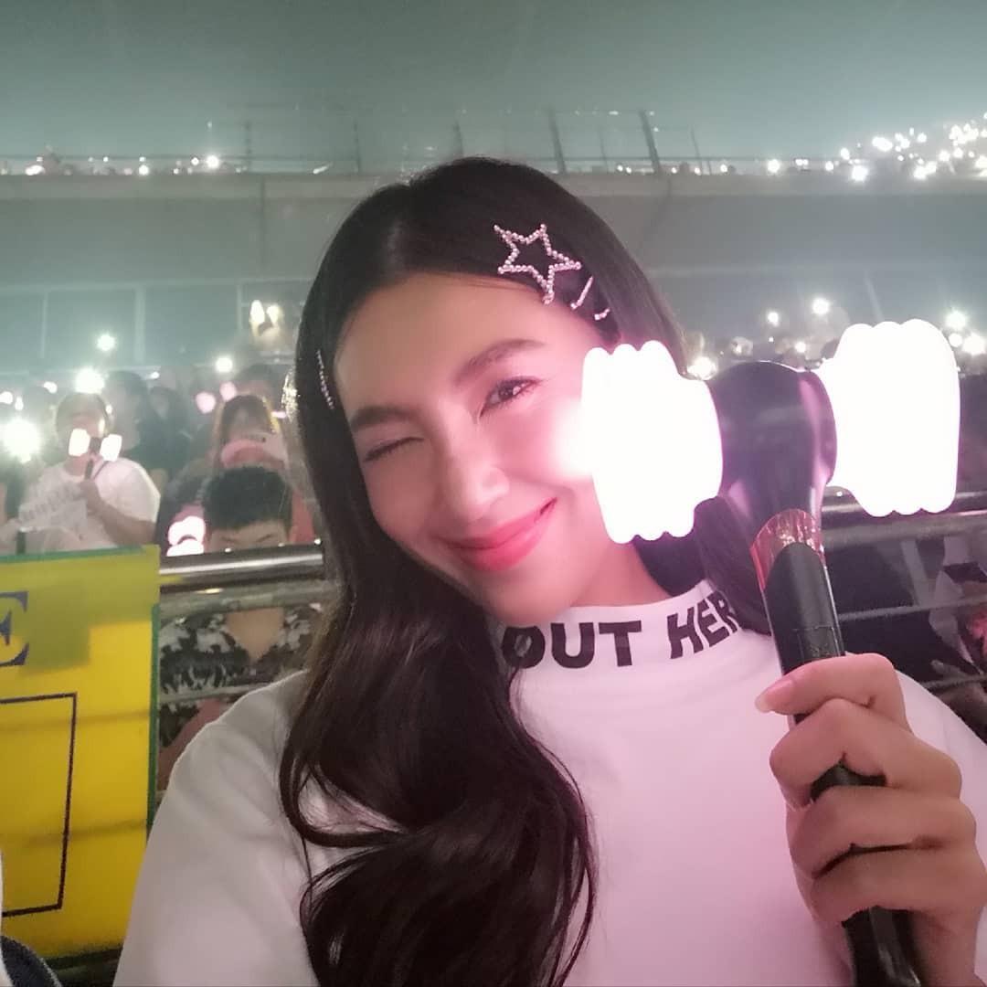 Dàn sao Thái khủng đến ủng hộ em gái quốc tế Lisa tại concert Black Pink, nhưng bố mẹ của cô mới là tâm điểm - Ảnh 3.