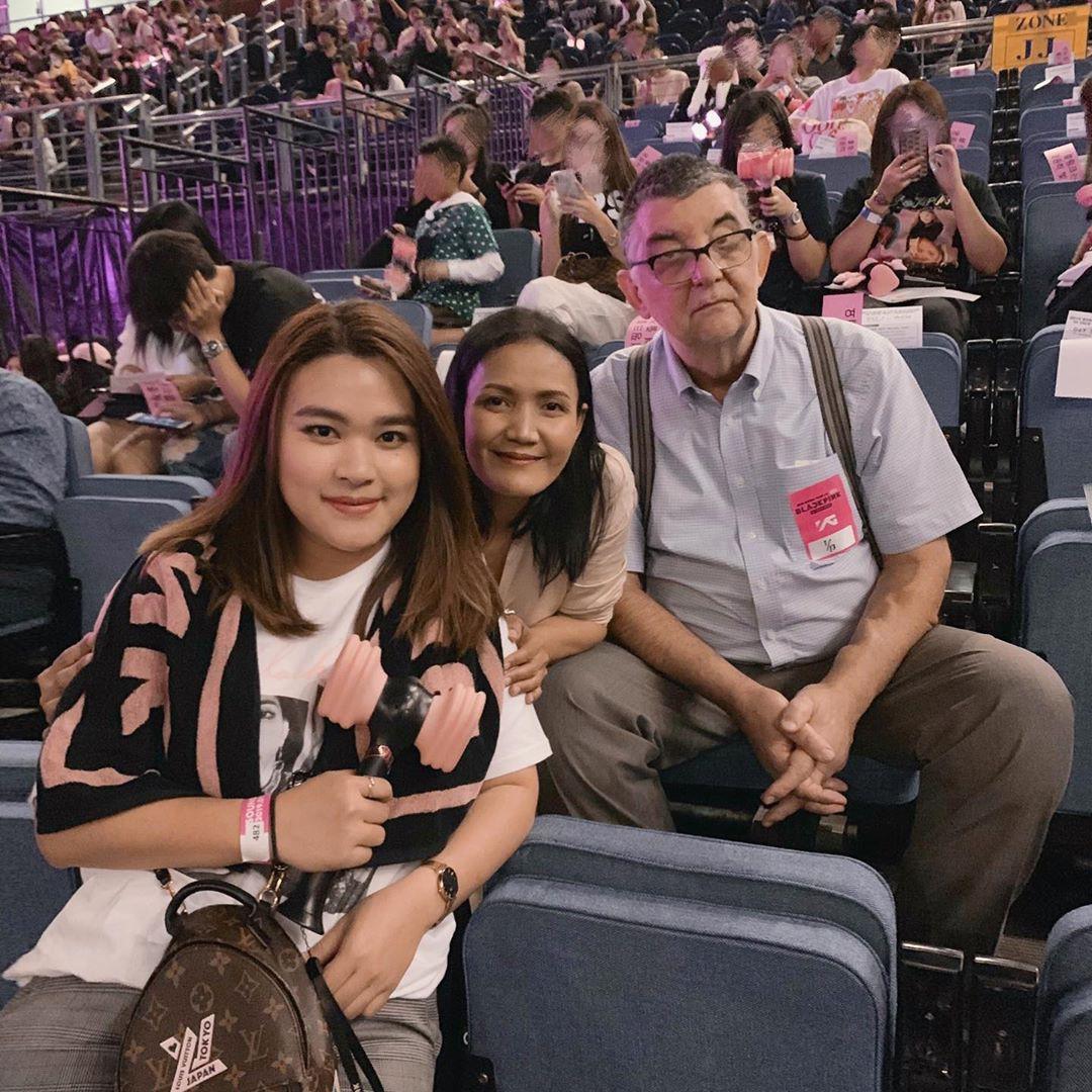 Dàn sao Thái khủng đến ủng hộ em gái quốc tế Lisa tại concert Black Pink, nhưng bố mẹ của cô mới là tâm điểm - Ảnh 19.