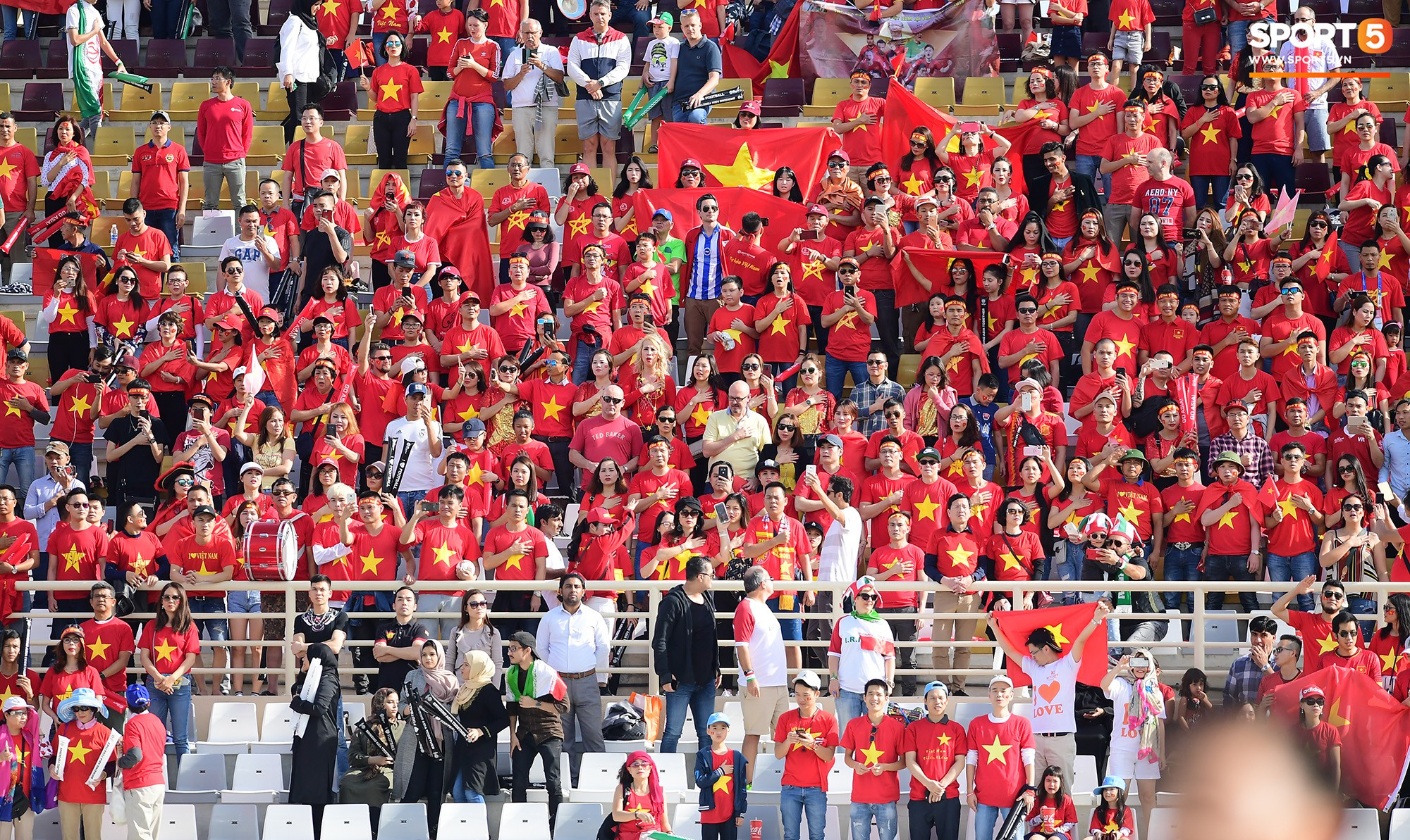 CĐV Việt Nam ở UAE đánh thủng chiếc trống duy nhất vì quá nhiệt ở trận thua Iran - Ảnh 3.