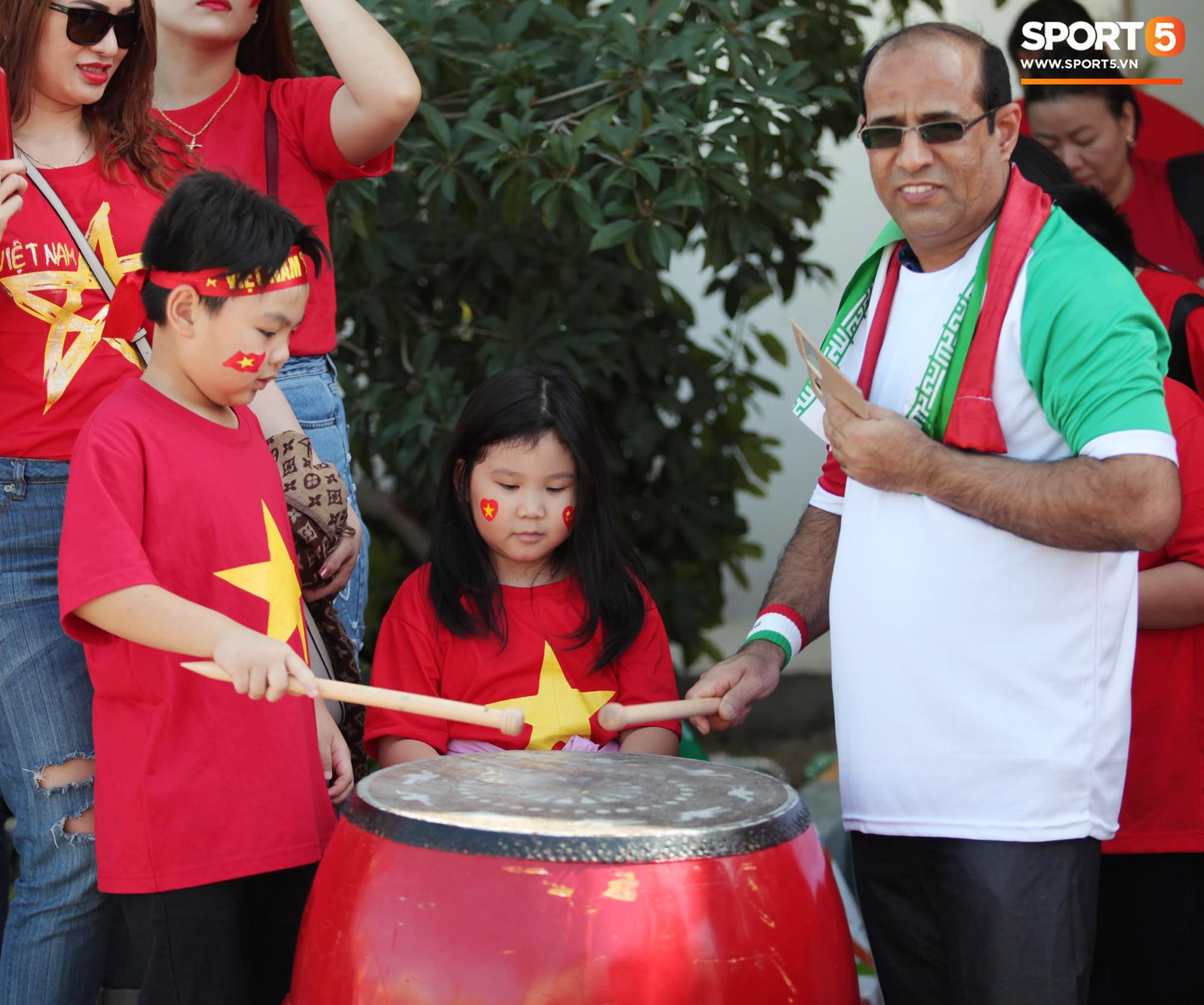 CĐV Việt Nam ở UAE đánh thủng chiếc trống duy nhất vì quá nhiệt ở trận thua Iran - Ảnh 2.
