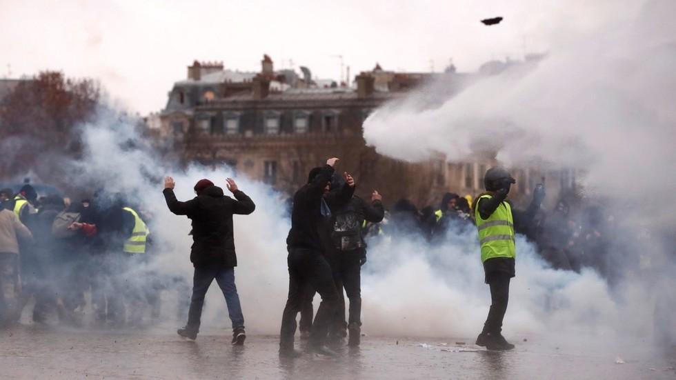 Vừa rung chuyển vì nổ lớn, Paris lại thành bãi chiến trường khi bạo loạn sang tuần thứ 9 - Ảnh 1.