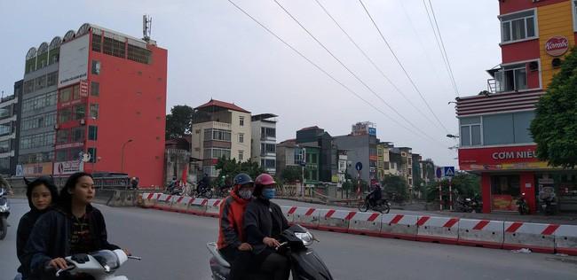 Hà Nội: Giải cứu bé gái 4 tuổi bị người đàn ông ngáo đá khống chế đi dọc phố Kim Đồng - Ảnh 1.