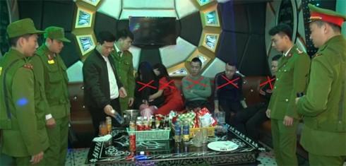 """Nhóm nam nữ phê ma túy """"đá"""" trong quán karaoke - Ảnh 1."""