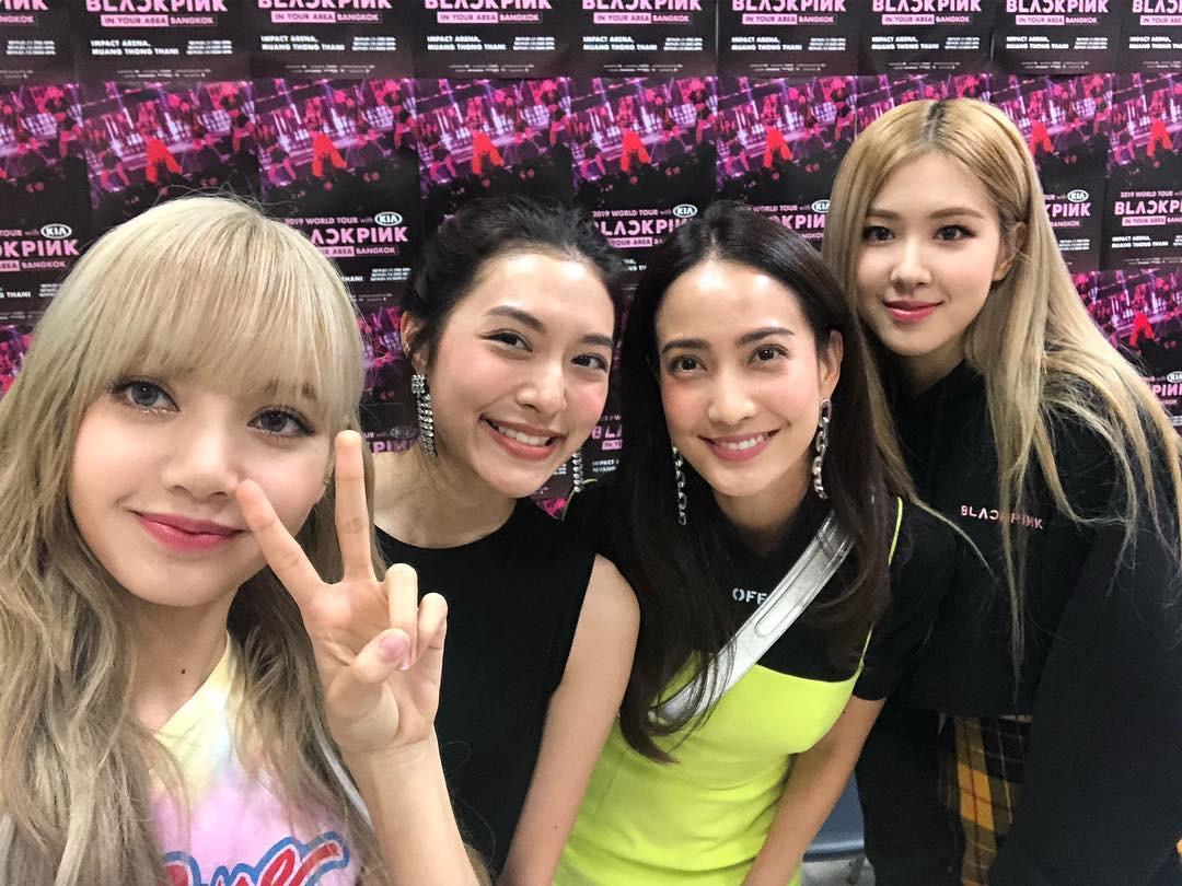 Dàn sao Thái khủng đến ủng hộ em gái quốc tế Lisa tại concert Black Pink, nhưng bố mẹ của cô mới là tâm điểm - Ảnh 9.