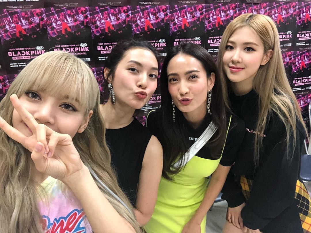 Dàn sao Thái khủng đến ủng hộ em gái quốc tế Lisa tại concert Black Pink, nhưng bố mẹ của cô mới là tâm điểm - Ảnh 7.