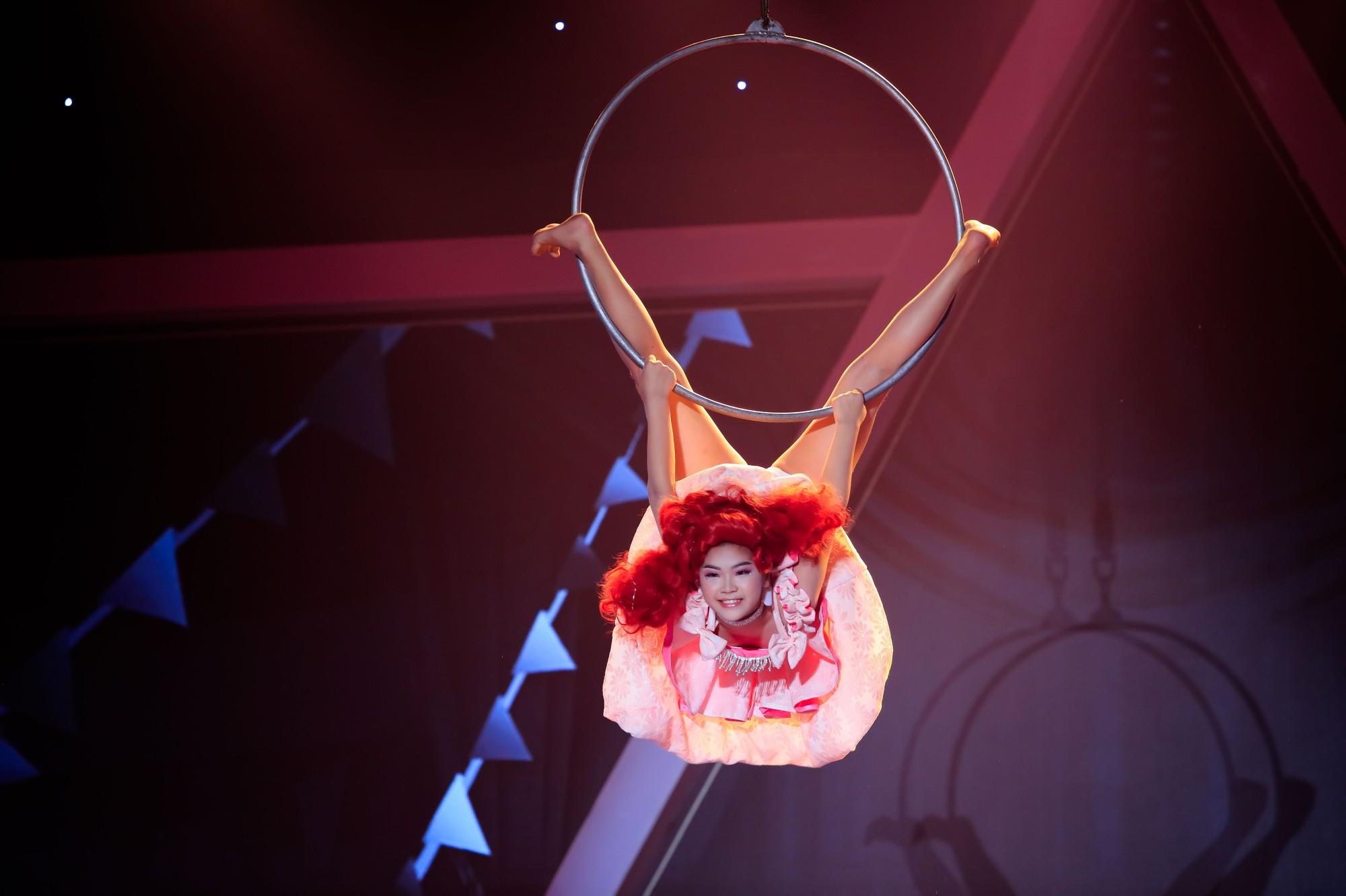 Phạm Lịch ngậm ngùi nhớ lại cảnh từng bị ném gạch khi đang biểu diễn - Ảnh 2.