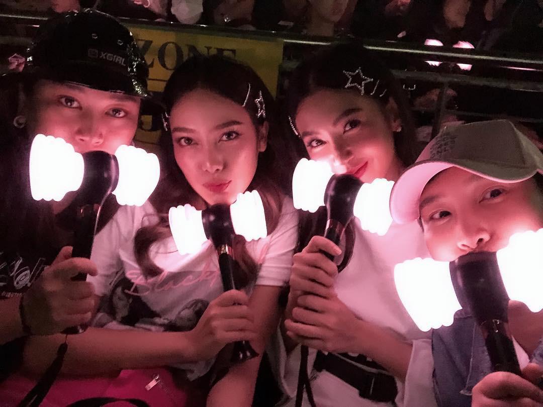 Dàn sao Thái khủng đến ủng hộ em gái quốc tế Lisa tại concert Black Pink, nhưng bố mẹ của cô mới là tâm điểm - Ảnh 5.