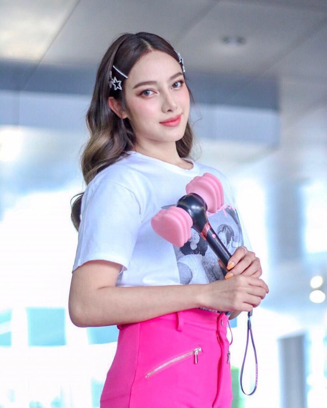 Dàn sao Thái khủng đến ủng hộ em gái quốc tế Lisa tại concert Black Pink, nhưng bố mẹ của cô mới là tâm điểm - Ảnh 4.