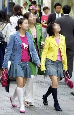 Dân mạng lục lại một thời đen tối của thời trang Hàn Quốc: Bi Rain mặc áo xẻ ngực sâu hơn cả chị em - Ảnh 1.