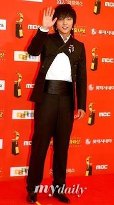 Dân mạng lục lại một thời đen tối của thời trang Hàn Quốc: Bi Rain mặc áo xẻ ngực sâu hơn cả chị em - Ảnh 3.