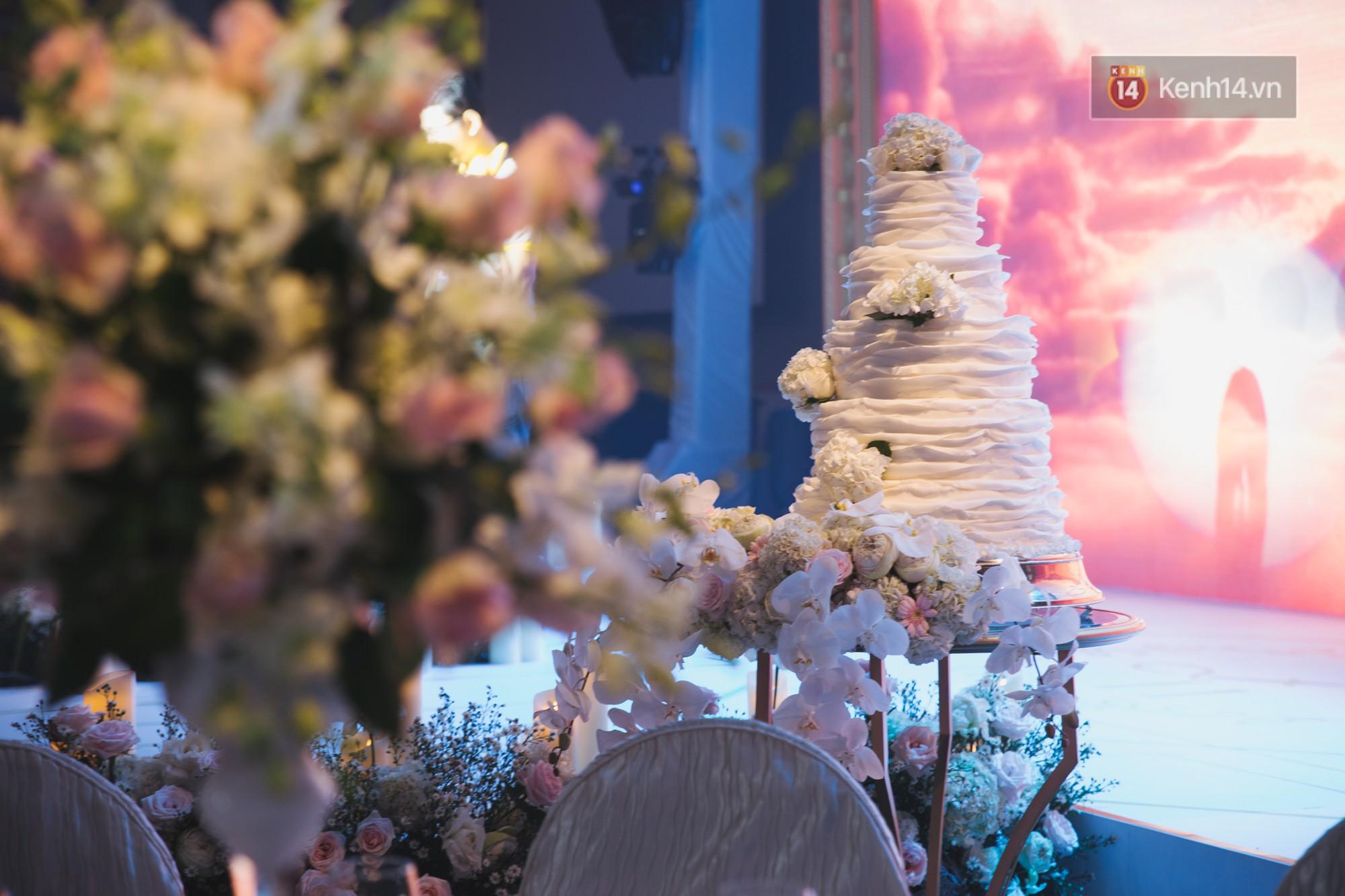 Hé lộ không gian cưới sang trọng của ca sĩ Lê Hiếu và bà xã Thu Trang - Ảnh 14.