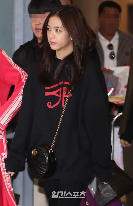 Màn đọ sắc siêu khủng: Jennie chiếm spotlight của 2 nữ thần Jisoo, Irene nhờ vòng 1 khủng, BTS khoe style cực chất - Ảnh 8.