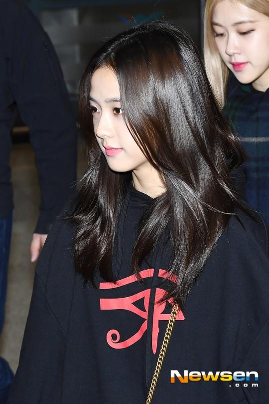 Màn đọ sắc siêu khủng: Jennie chiếm spotlight của 2 nữ thần Jisoo, Irene nhờ vòng 1 khủng, BTS khoe style cực chất - Ảnh 9.