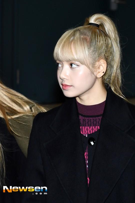 Màn đọ sắc siêu khủng: Jennie chiếm spotlight của 2 nữ thần Jisoo, Irene nhờ vòng 1 khủng, BTS khoe style cực chất - Ảnh 7.