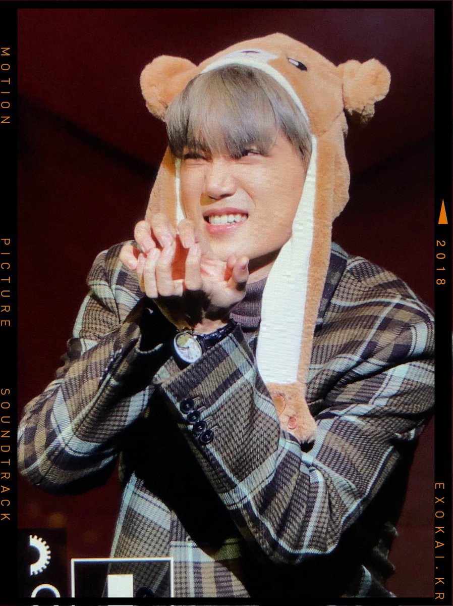 Lần đầu lộ diện sau tin hẹn hò Jennie, Kai khiến fan thích thú vì hành động cực dễ thương tại tiệc sinh nhật - Ảnh 1.