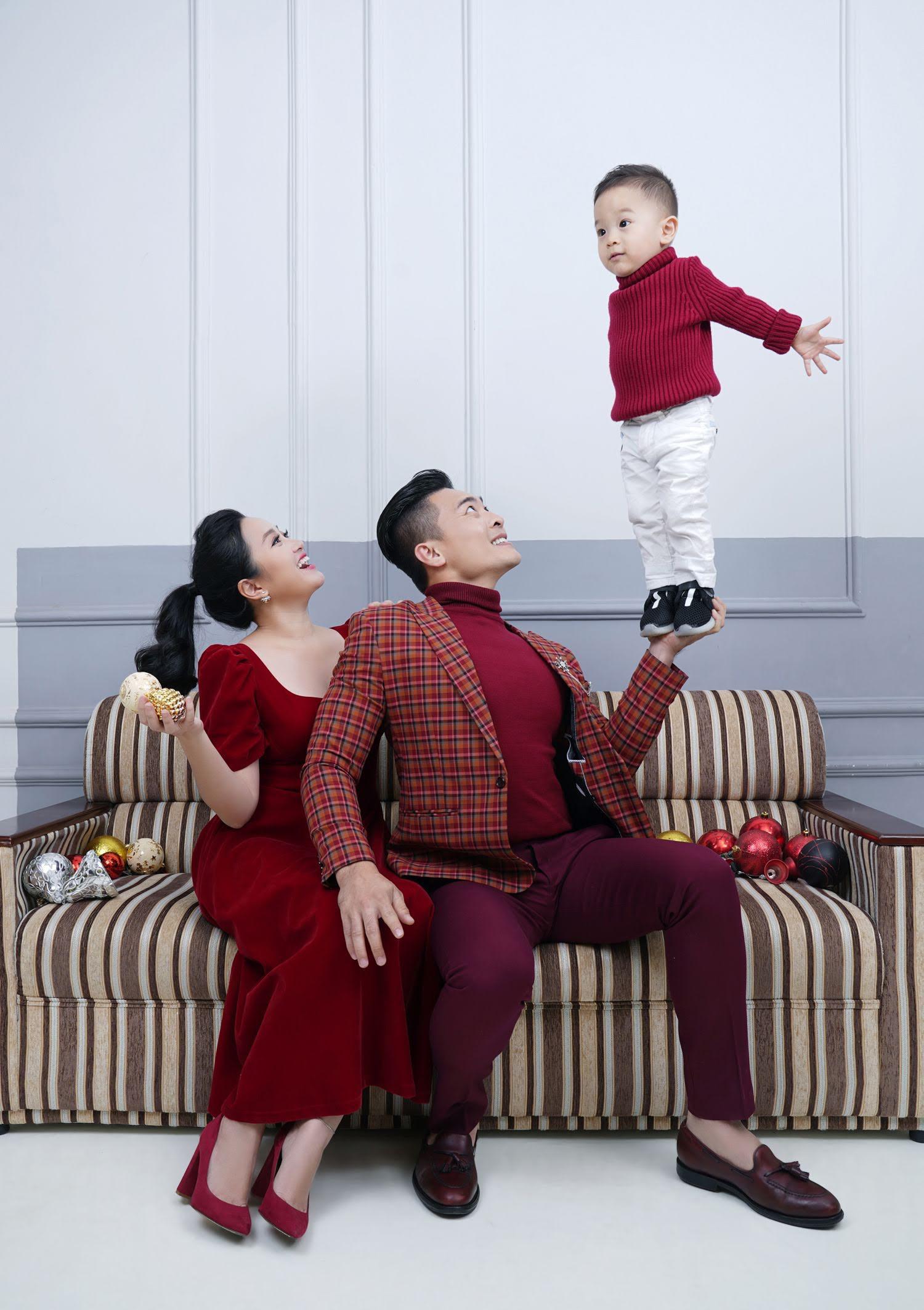 Gửi lời chúc sinh nhật vợ ngọt ngào, Quốc Cơ tiện khoe luôn con trai mới 2 tuổi đã có sở thích tập nhào lộn - Ảnh 4.
