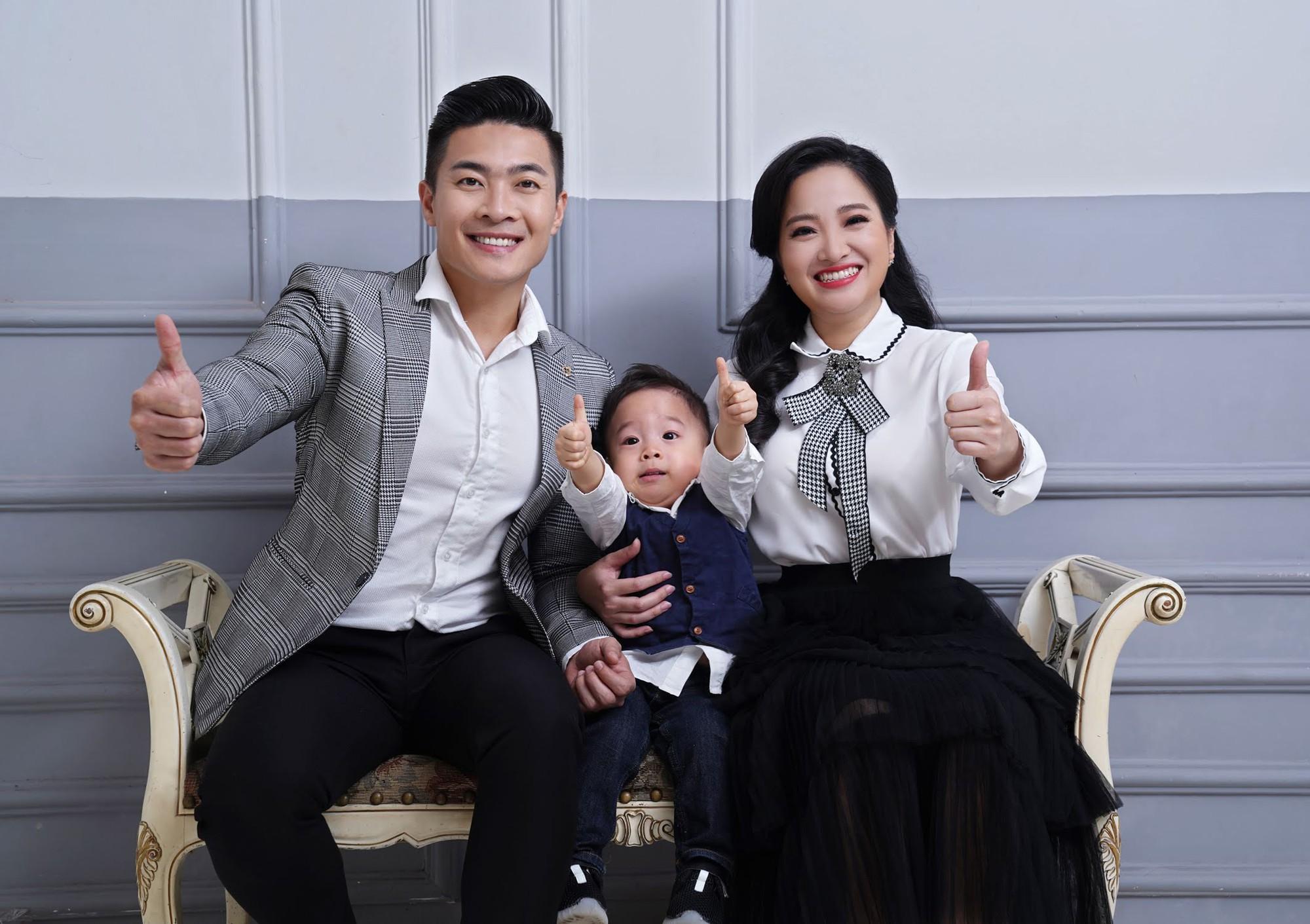 Gửi lời chúc sinh nhật vợ ngọt ngào, Quốc Cơ tiện khoe luôn con trai mới 2 tuổi đã có sở thích tập nhào lộn - Ảnh 5.