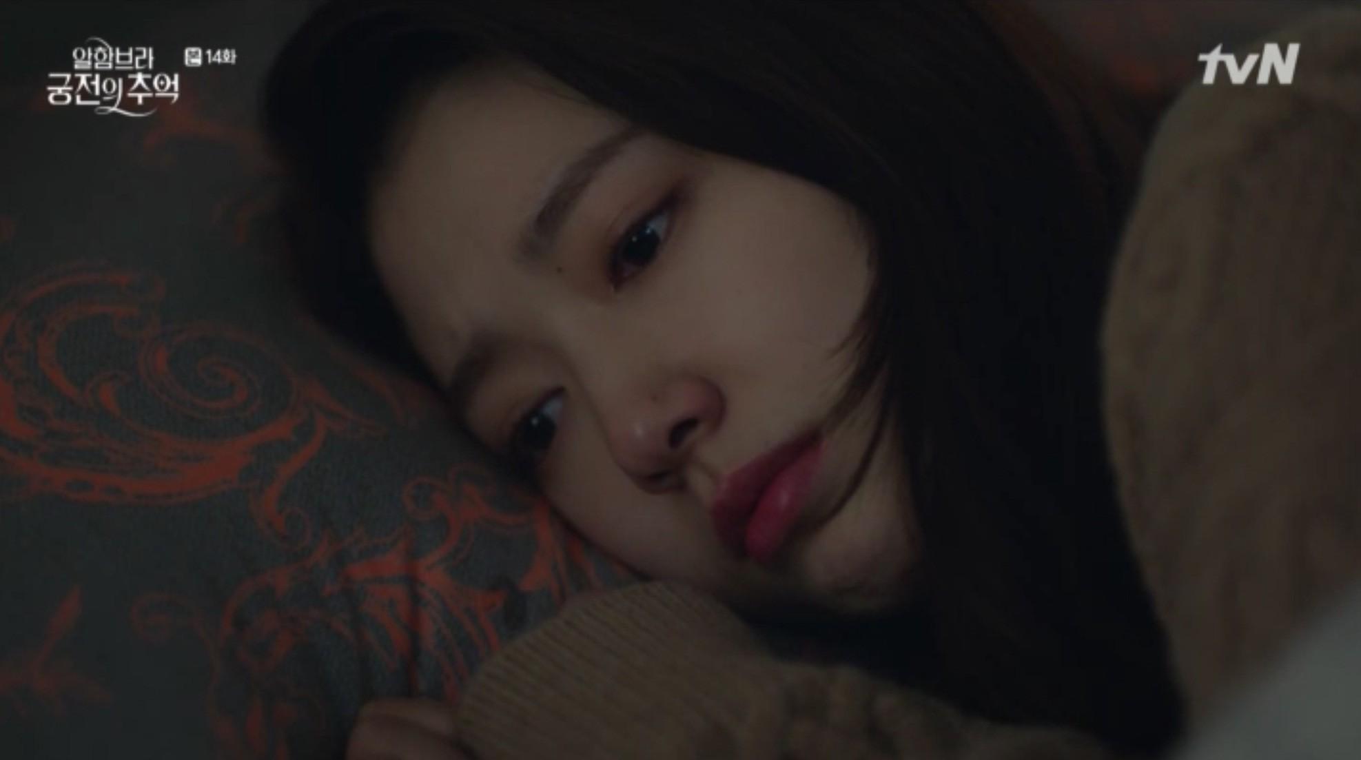 """Park Shin Hye khóc tiễn lâm li như thể Hyun Bin sắp ra chiến trường ở """"Hồi Ức Alhambra"""" - Ảnh 14."""