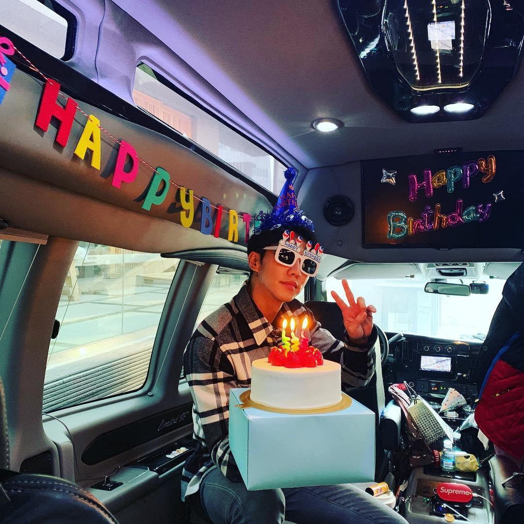 Lee Seung Gi đón sinh nhật tại phim trường bom tấn 500 tỉ, đặc biệt Suzy, Sungjae và dàn sao đình đám góp mặt - Ảnh 1.