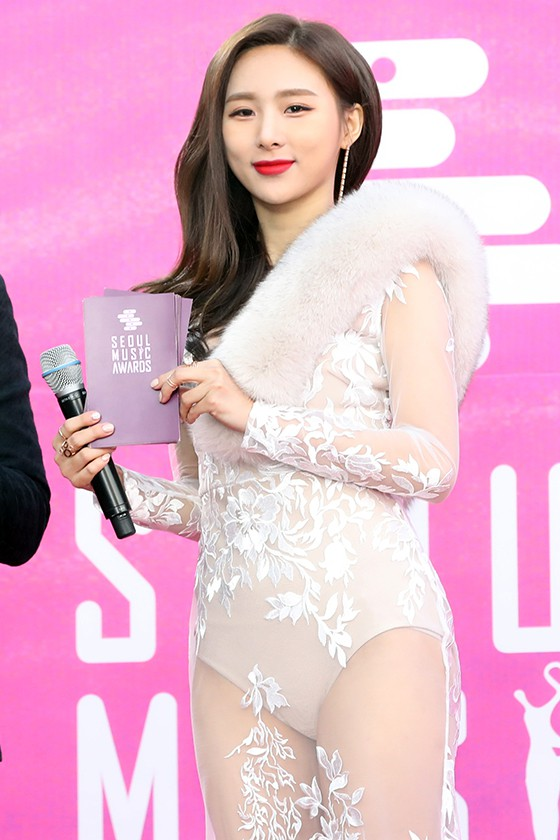Tranh cãi vấn đề hở bạo tại lễ trao giải: Nữ diễn viên vô danh bị chê như diện nội y, nữ idol này lại được khen bốc lửa - Ảnh 3.
