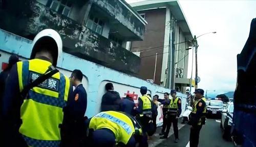 Đài Loan bắt giữ 11 lao động Việt trốn trong xe tải chở hàng - Ảnh 1.