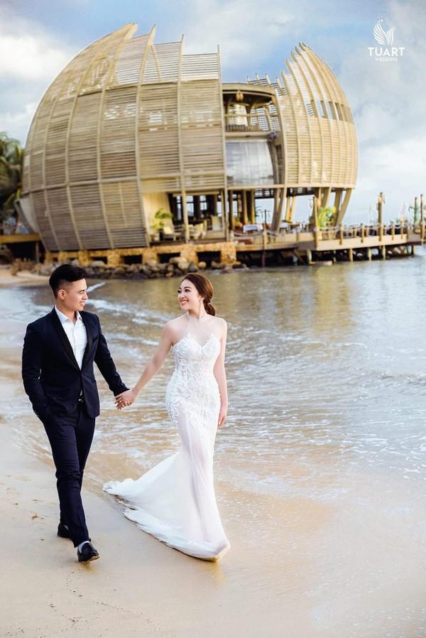 Cô dâu vàng đeo trĩu cổ sống trong lâu đài 7 tầng ở Nam Định: Bố mẹ cho 200 cây vàng, 2 sổ đỏ và rước dâu bằng Rolls-Royce Phantom 35 tỷ - Ảnh 9.