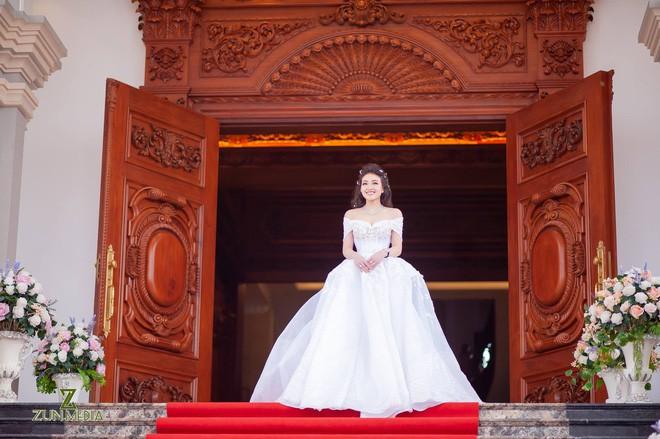 Cô dâu vàng đeo trĩu cổ sống trong lâu đài 7 tầng ở Nam Định: Bố mẹ cho 200 cây vàng, 2 sổ đỏ và rước dâu bằng Rolls-Royce Phantom 35 tỷ - Ảnh 5.