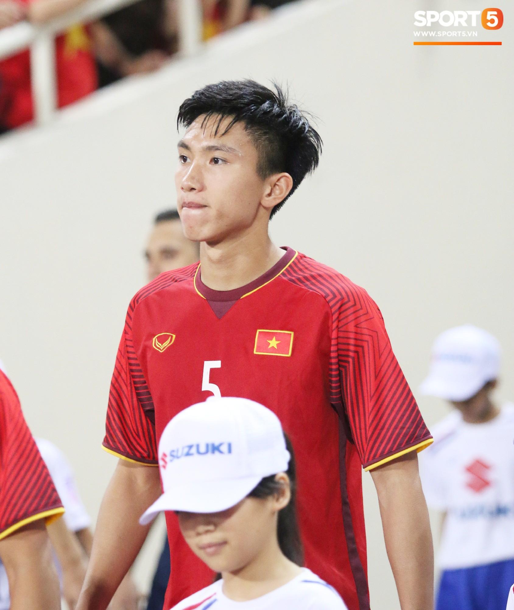 Lý giải bất ngờ của mẹ Văn Hậu về bức ảnh nhìn như thôi miên cậu con trai tại AFF Cup 2018 - Ảnh 4.