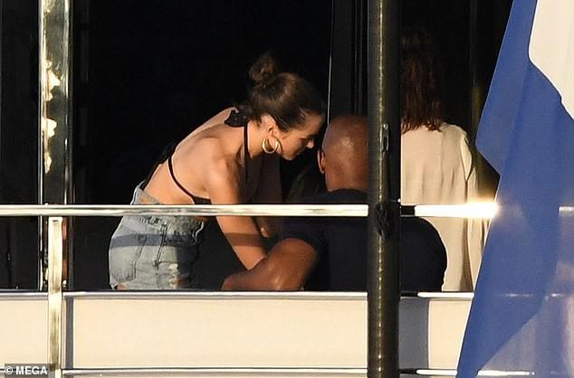 Katie Holmes nổi cơn ghen tam bành vì bạn trai Jamie Foxx thân thiết bên Hoa hậu Hoàn vũ nóng bỏng? - Ảnh 2.