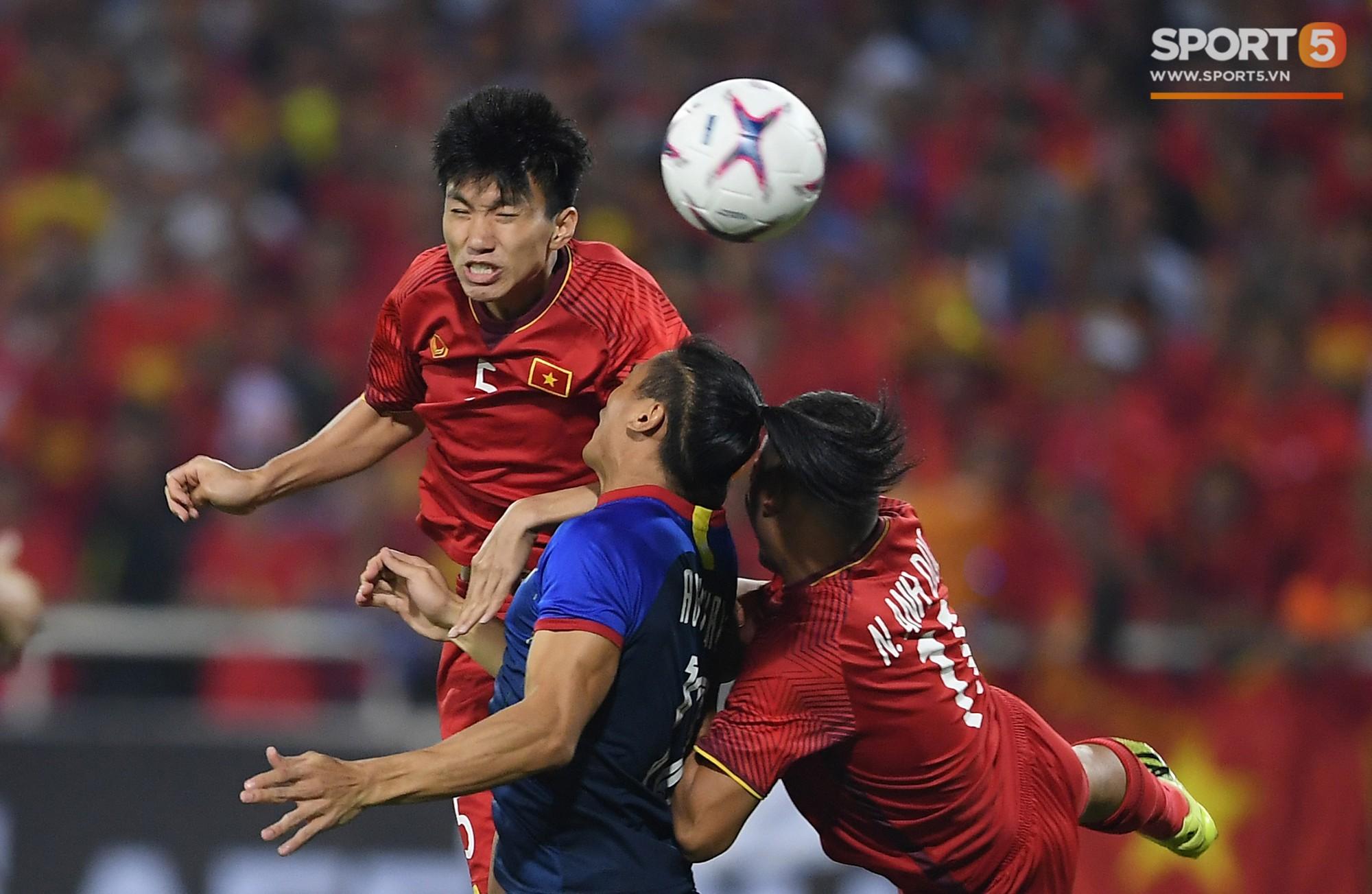 Lý giải bất ngờ của mẹ Văn Hậu về bức ảnh nhìn như thôi miên cậu con trai tại AFF Cup 2018 - Ảnh 7.