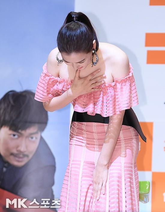 Đỉnh hơn cả mẹ Kim Tan, Hoa hậu Hàn đẹp nhất thế giới trễ nải khoe khéo vòng 1 bốc lửa mặc dù đã U40 - Ảnh 10.