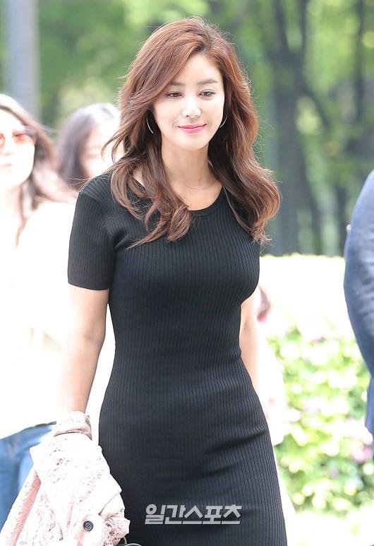Đỉnh hơn cả mẹ Kim Tan, Hoa hậu Hàn đẹp nhất thế giới trễ nải khoe khéo vòng 1 bốc lửa mặc dù đã U40 - Ảnh 11.