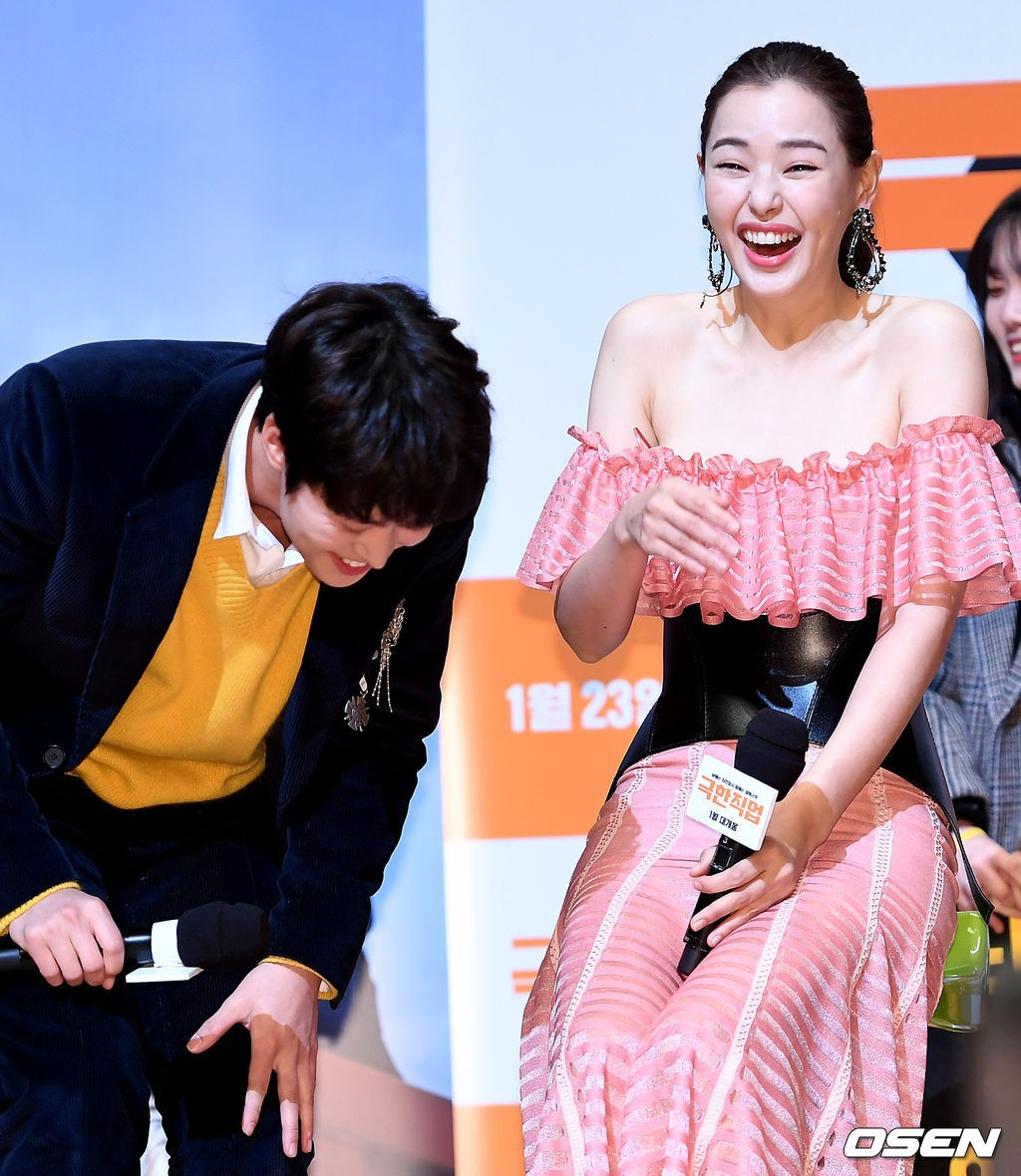 Đỉnh hơn cả mẹ Kim Tan, Hoa hậu Hàn đẹp nhất thế giới trễ nải khoe khéo vòng 1 bốc lửa mặc dù đã U40 - Ảnh 4.