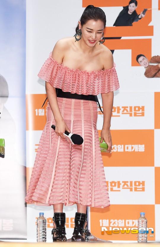Đỉnh hơn cả mẹ Kim Tan, Hoa hậu Hàn đẹp nhất thế giới trễ nải khoe khéo vòng 1 bốc lửa mặc dù đã U40 - Ảnh 1.