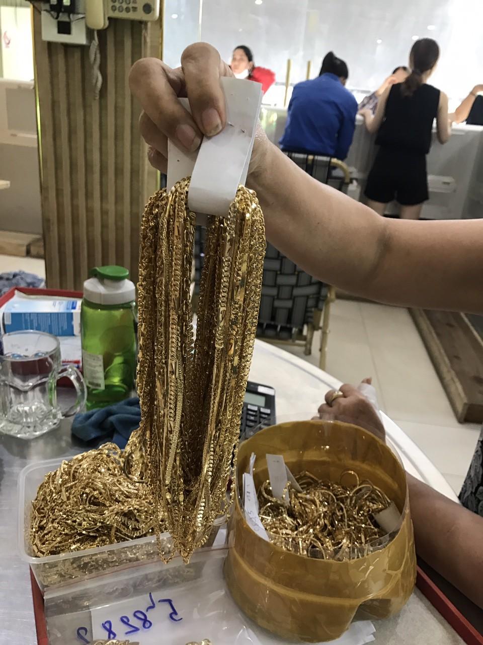 Công an Quảng Nam tìm chủ sở hữu của 230 lượng vàng không rõ nguồn gốc - Ảnh 1.