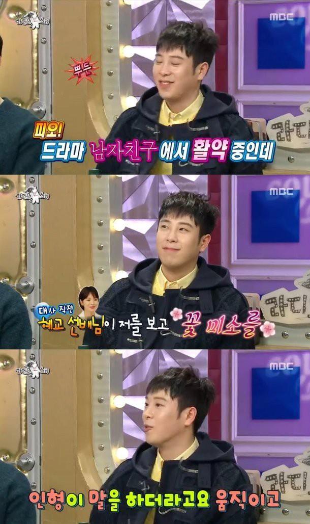Chỉ bằng một nụ cười, Song Hye Kyo khiến fan boy đơ người đến nỗi quên luôn lời thoại - Ảnh 1.