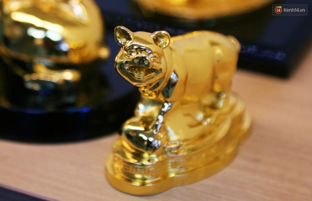 Tượng heo vàng giá hàng trăm triệu đồng được người Sài Gòn săn lùng để chơi Tết Kỷ Hợi 2019 - Ảnh 7.