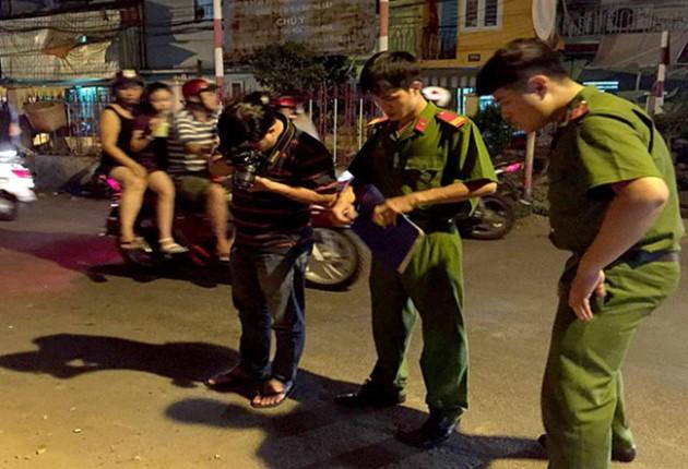 Người phụ nữ ở Sài Gòn bị thanh niên dùng dao đâm vào đầu vì bịch ve chai