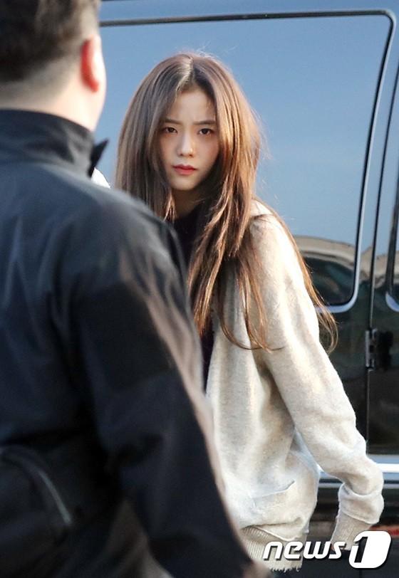Lộ diện sau phốt lộ Facebook tục tĩu, Jennie liên tục cúi gằm mặt, Black Pink buồn bã và mệt mỏi tại sân bay - Ảnh 14.