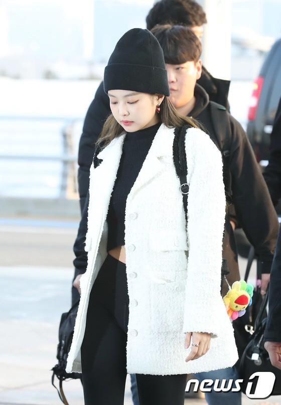 Lộ diện sau phốt lộ Facebook tục tĩu, Jennie liên tục cúi gằm mặt, Black Pink buồn bã và mệt mỏi tại sân bay - Ảnh 5.