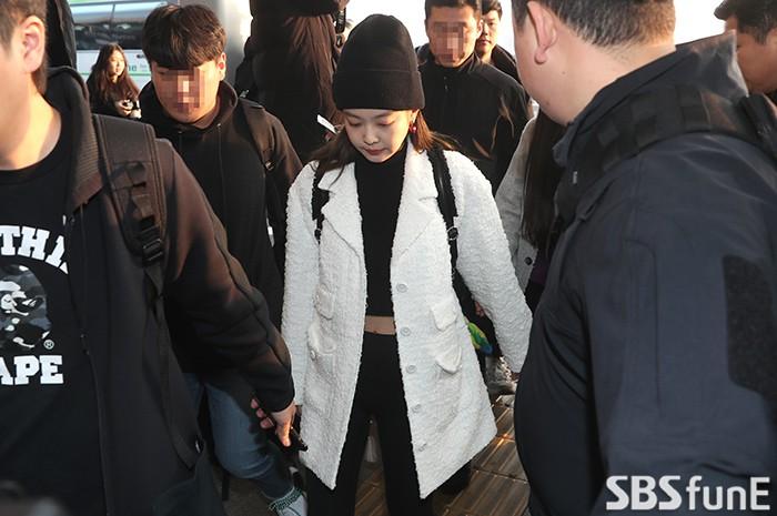 Lộ diện sau phốt lộ Facebook tục tĩu, Jennie liên tục cúi gằm mặt, Black Pink buồn bã và mệt mỏi tại sân bay - Ảnh 2.